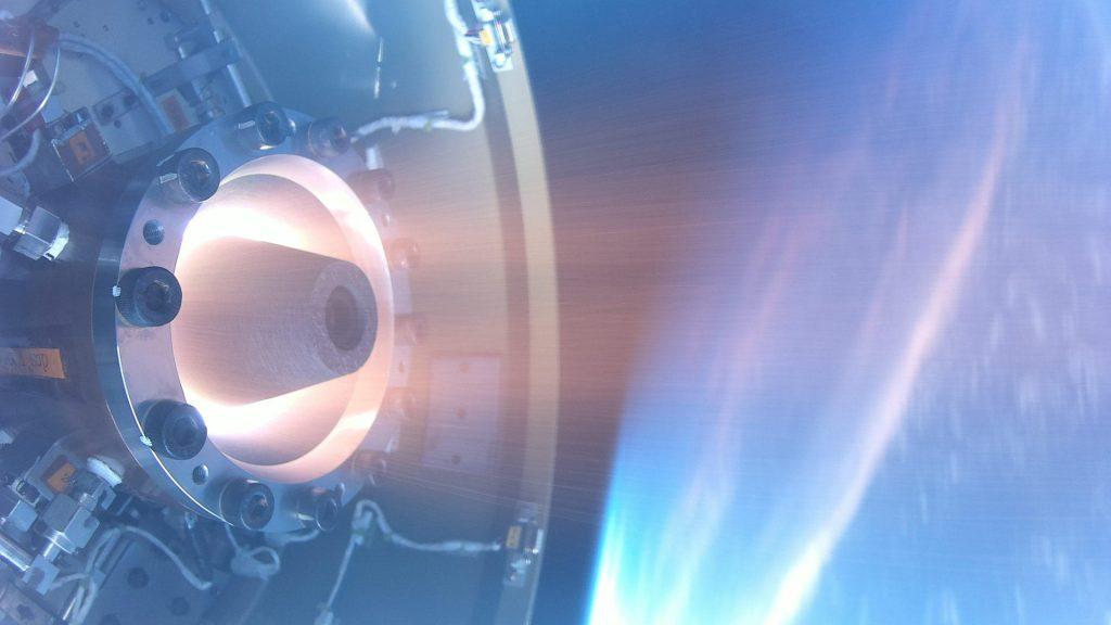 回転デトネーションエンジン(RDE)の宇宙空間での世界初の作動の瞬間を表した、淡いブルーが基調の画像