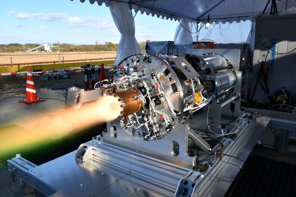 図4 デトネーションエンジンシステム(DES)の室蘭工業大学白老試験場での地上燃焼試験の様子。【Credit: 名古屋大学】